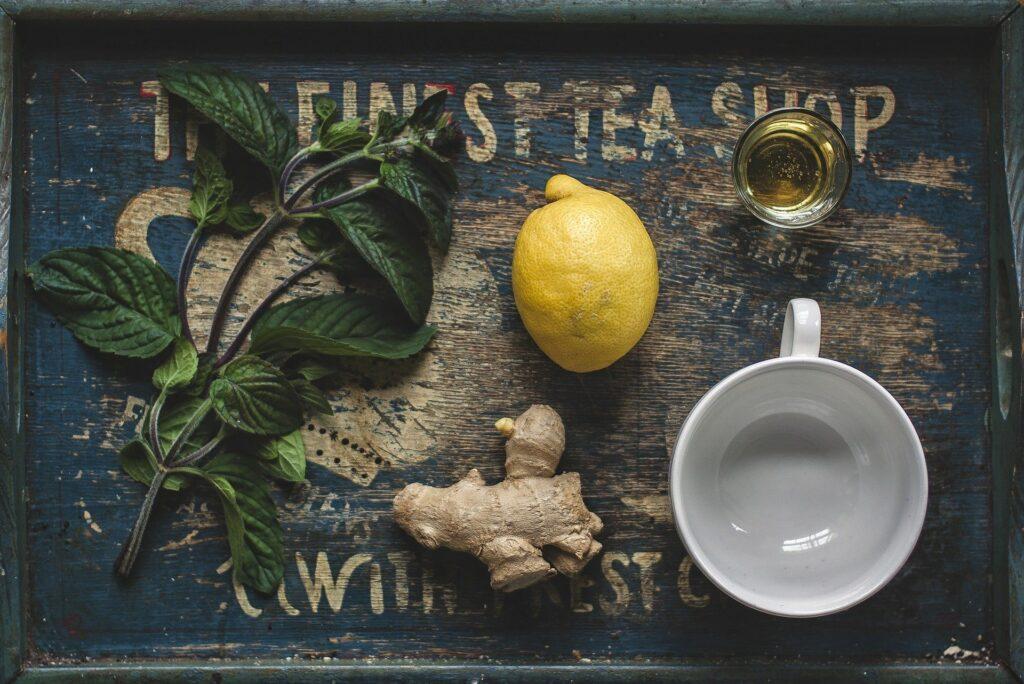 zázvorový čaj recept - polévková lžíce zázvoru, půl litr vody, dvě polévkové lžíce medu a citron dle chuti
